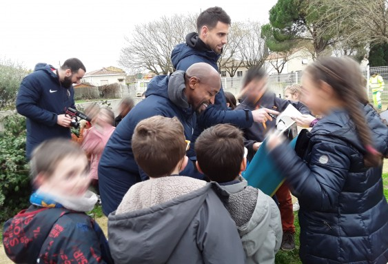 Les joueurs du MHSC plantent des arbres à l'EHPAD La Roselière